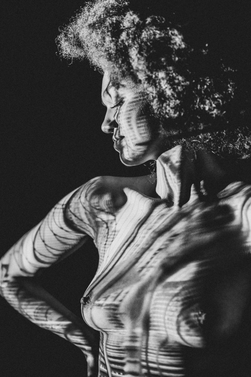 Portrai Fau Female Projektion auf nackter Haut Akt Brust Oberkörper Afro