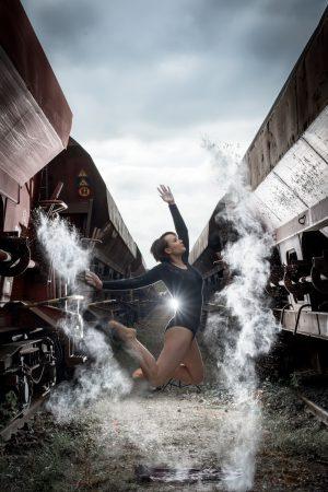Frau Female Sport Springen Mehl Güterwagen Dunkelhaarig