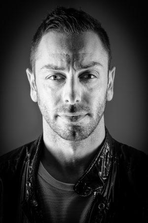 Portrait Mann Male hartes Licht DJ Cool