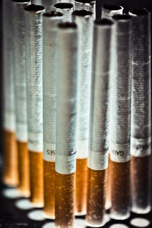 Zigaretten aufgereiht aufgestellt Gegenlicht
