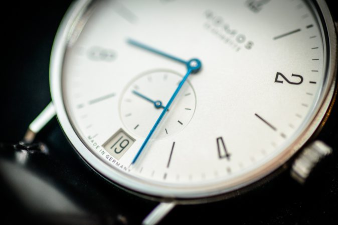 Stilleben mechanische Uhr Nomos Glashütte