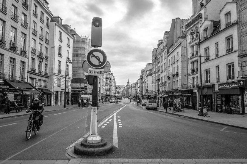 Strassenkreuzung in Paris