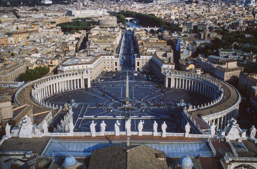 Petersdom in Rom mit Blick auf Petersplatz