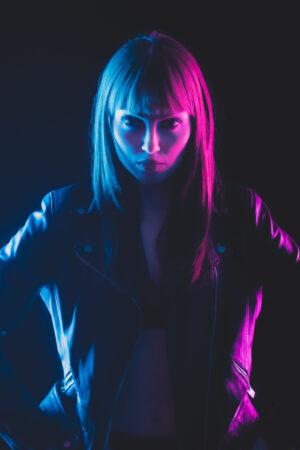 Portrait im rot-blauen Streiflicht